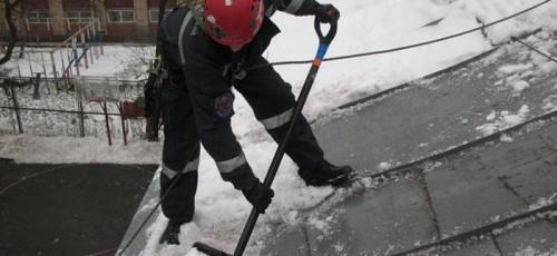 От схода снега с крыш в Уфе пострадали 3 человека, повреждено 7 автомобилей
