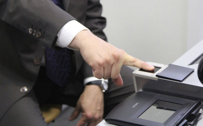исходило В какой момент снимают отпечатки пальцев на загранпаспорт нового образца потом