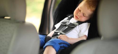 В России хотят штрафовать родителей, которые оставили маленьких детей в машине без присмотра