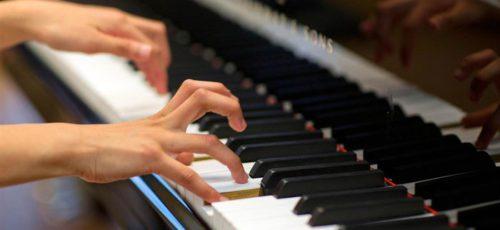 Игра на пианино развивает языковые способности
