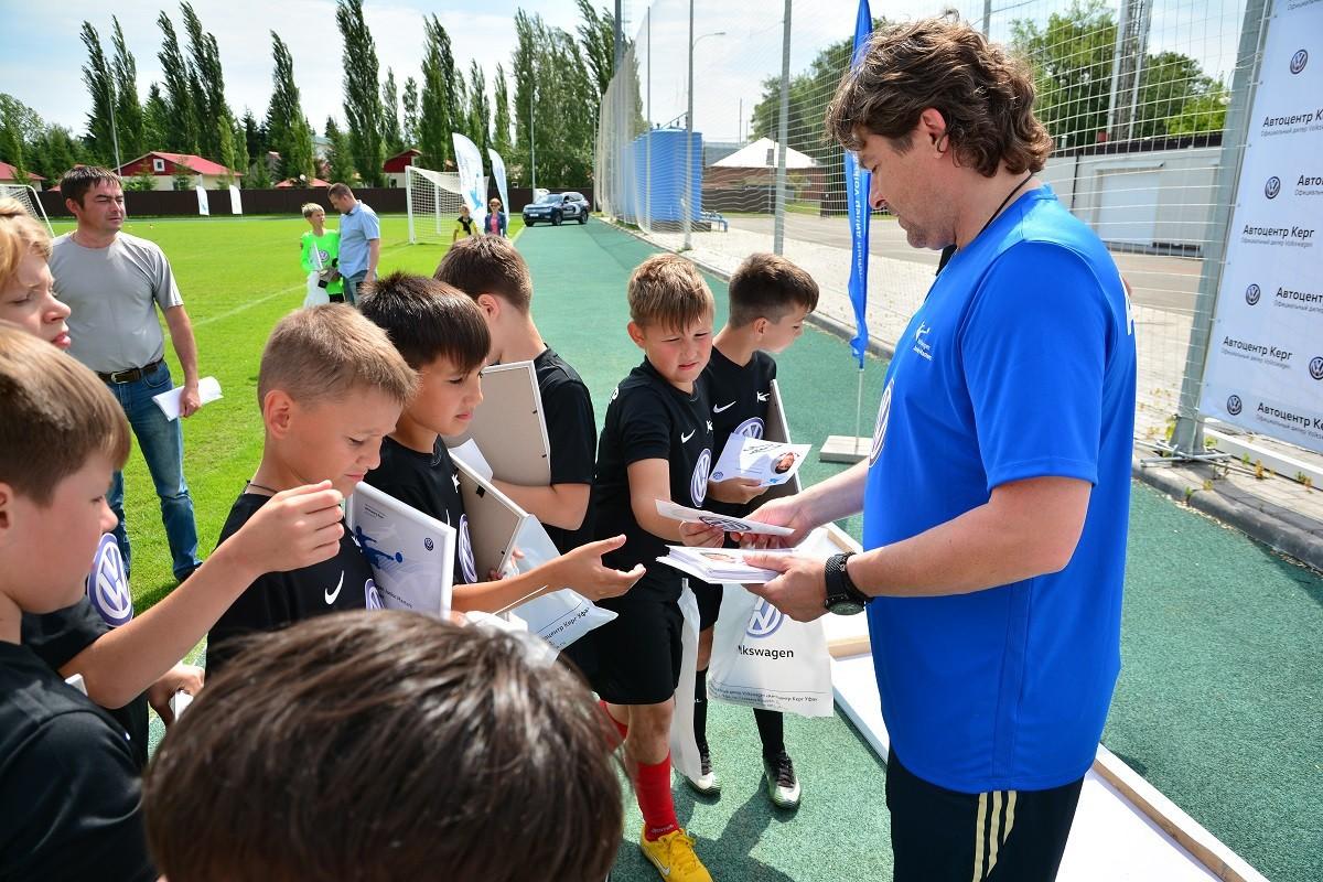 «Детей тренировать интересно – они искренние»: именитый футболист провел встречу с юными игроками